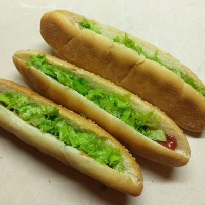 Фото рецепта - Хот-доги с соусом барбекю, маринованными огурцами и сосисками - шаг 3