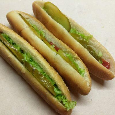 Фото рецепта - Хот-доги с соусом барбекю, маринованными огурцами и сосисками - шаг 4