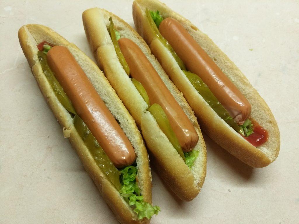 Фото рецепта - Хот-доги с соусом барбекю, маринованными огурцами и сосисками - шаг 5