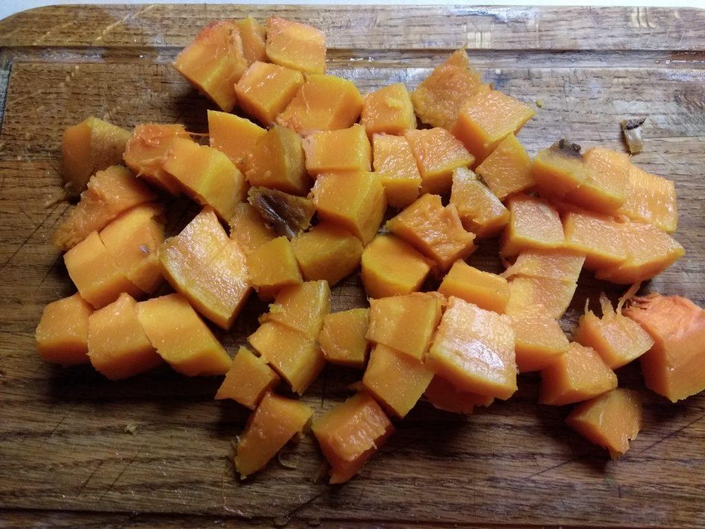 Фото рецепта - Салат из запеченной тыквы с фетой и колбаской - шаг 2