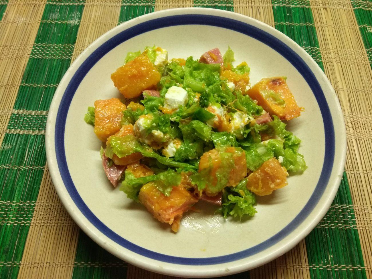 Салат из запеченной тыквы с фетой и колбаской