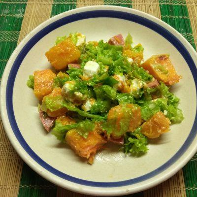 Салат из запеченной тыквы с фетой и колбаской - рецепт с фото