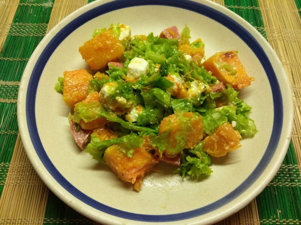 Фото рецепта - Салат из запеченной тыквы с фетой и колбаской - шаг 5