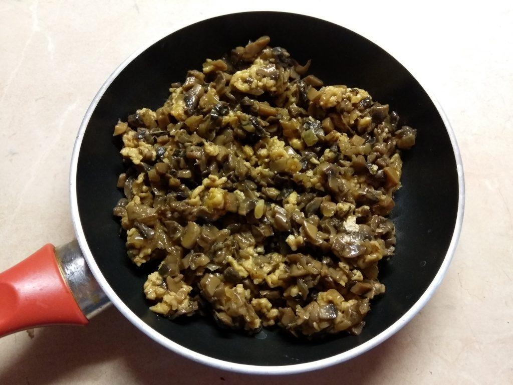 Фото рецепта - Салат с колбасой, жареными шампиньонами и огурцами - шаг 1