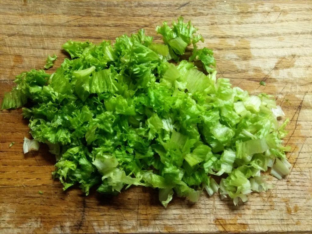 Фото рецепта - Салат с соленым лососем и кукурузой в чашках авокадо - шаг 1