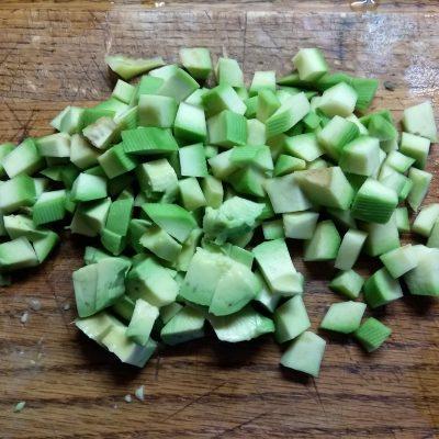 Фото рецепта - Салат с соленым лососем и кукурузой в чашках авокадо - шаг 4