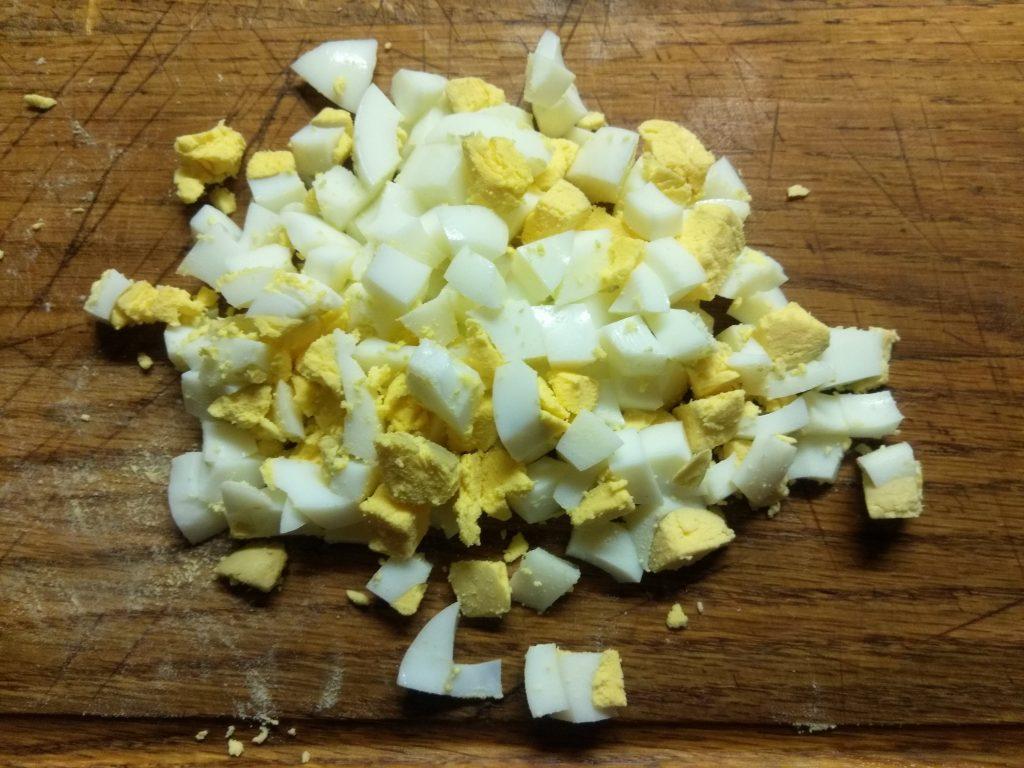 Фото рецепта - Салат с соленым лососем и кукурузой в чашках авокадо - шаг 5