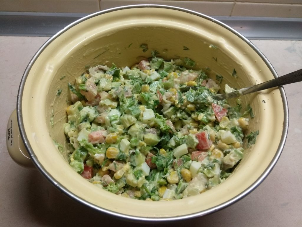 Фото рецепта - Салат с соленым лососем и кукурузой в чашках авокадо - шаг 8