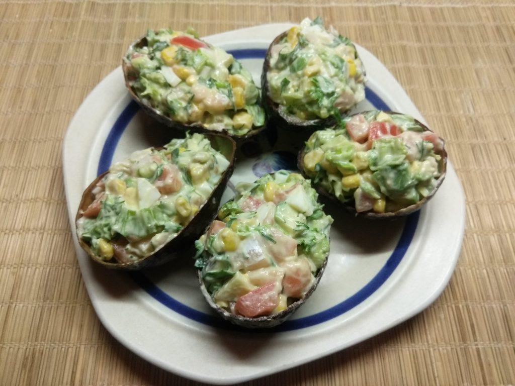 Фото рецепта - Салат с соленым лососем и кукурузой в чашках авокадо - шаг 9