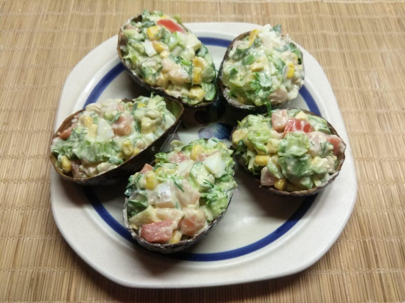 Салат с соленым лососем и кукурузой в чашках авокадо