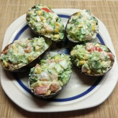 Салат с соленым лососем и кукурузой в чашках авокадо - рецепт с фото