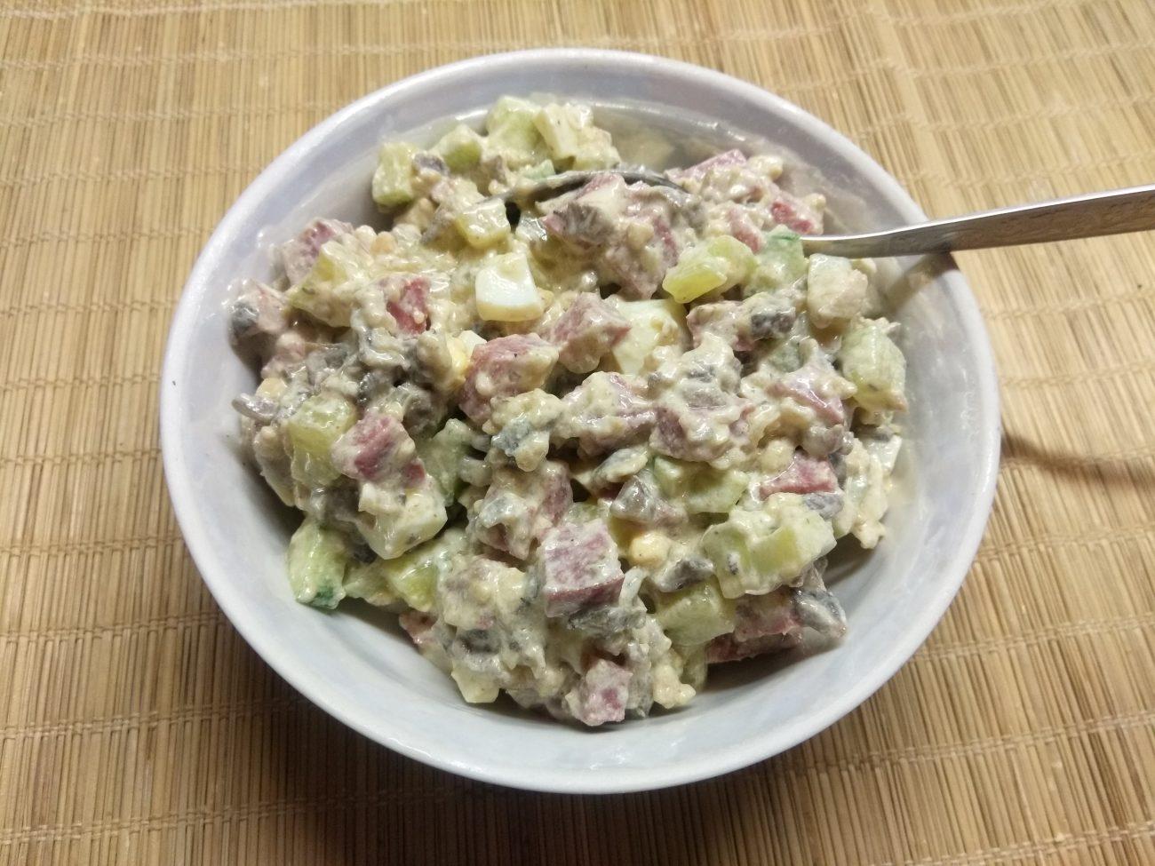 Салат с колбасой, жареными шампиньонами и огурцами