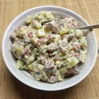 Салат с колбасой, жареными шампиньонами и огурцами - рецепт с фото