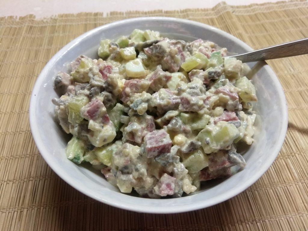 Фото рецепта - Салат с колбасой, жареными шампиньонами и огурцами - шаг 6