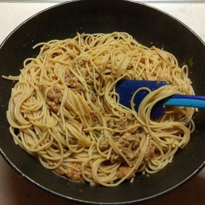 Фото рецепта - Спагетти со свиным фаршем и петрушкой в томатном соусе - шаг 5