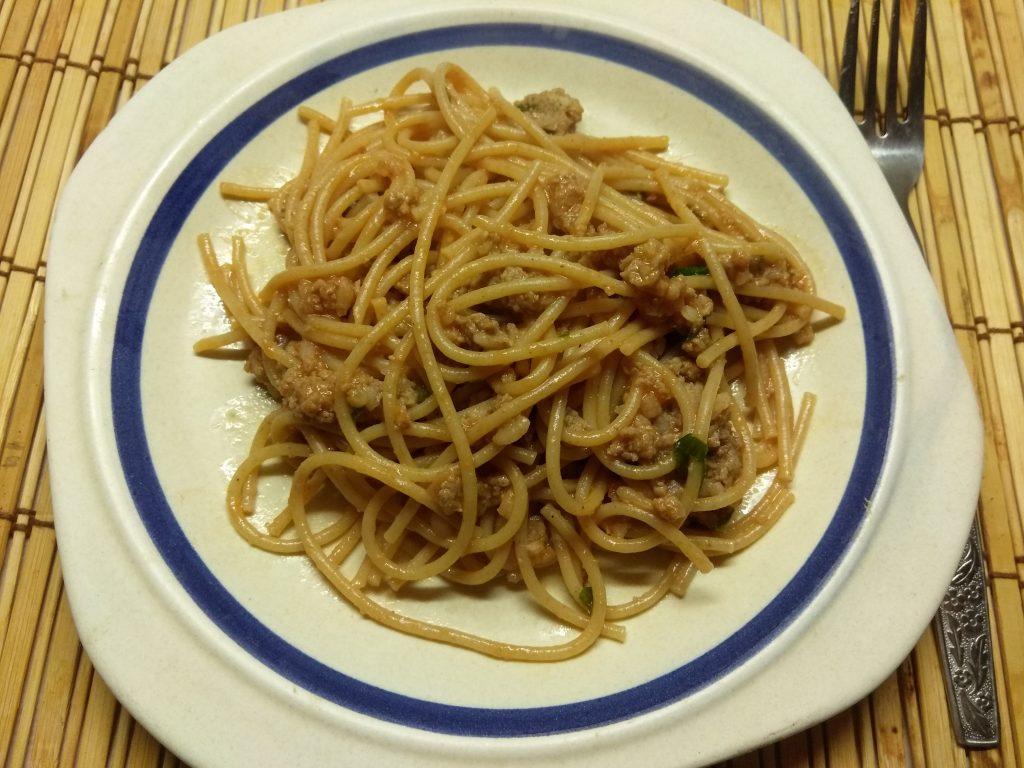 Фото рецепта - Спагетти со свиным фаршем и петрушкой в томатном соусе - шаг 6