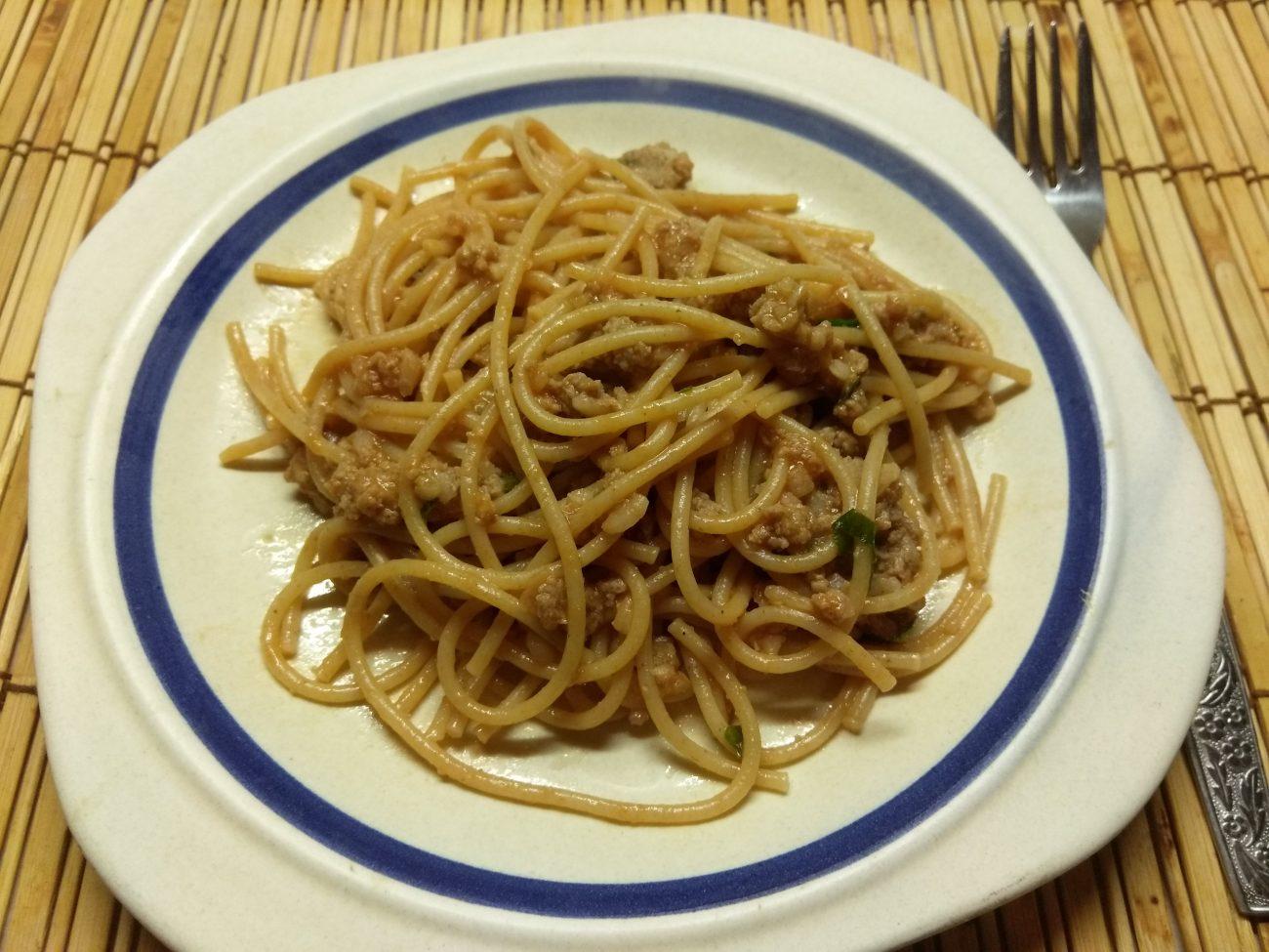 Спагетти со свиным фаршем и петрушкой в томатном соусе