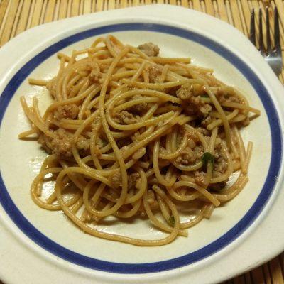 Спагетти со свиным фаршем и петрушкой в томатном соусе - рецепт с фото