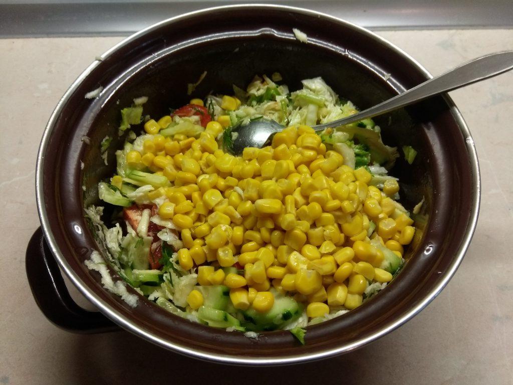 Фото рецепта - Салат овощной с кукурузой, авокадо и пекинской капустой - шаг 6