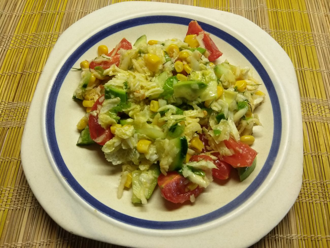 Салат овощной с кукурузой, авокадо и пекинской капустой
