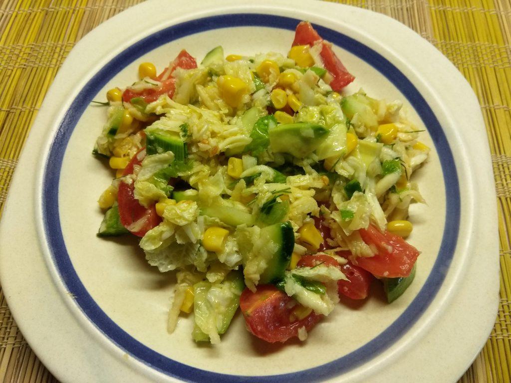 Фото рецепта - Салат овощной с кукурузой, авокадо и пекинской капустой - шаг 7