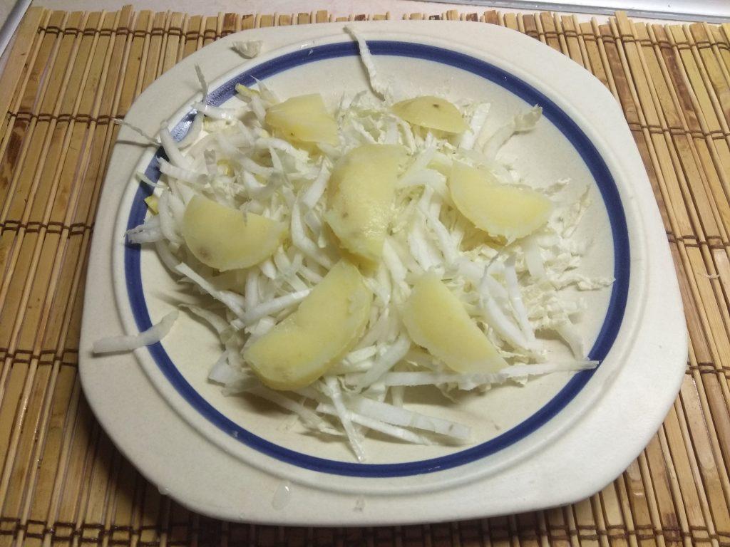 Фото рецепта - Картофельный салат с курицей, киви и пекинской капустой - шаг 2