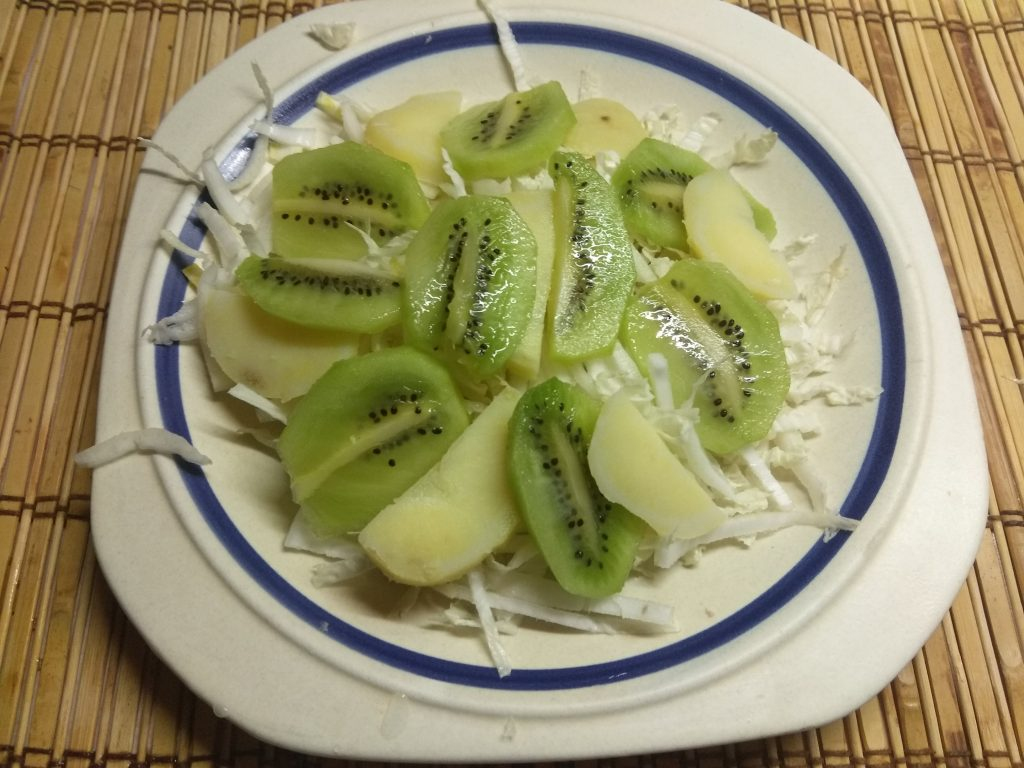 Фото рецепта - Картофельный салат с курицей, киви и пекинской капустой - шаг 3