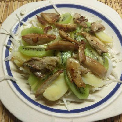 Фото рецепта - Картофельный салат с курицей, киви и пекинской капустой - шаг 4