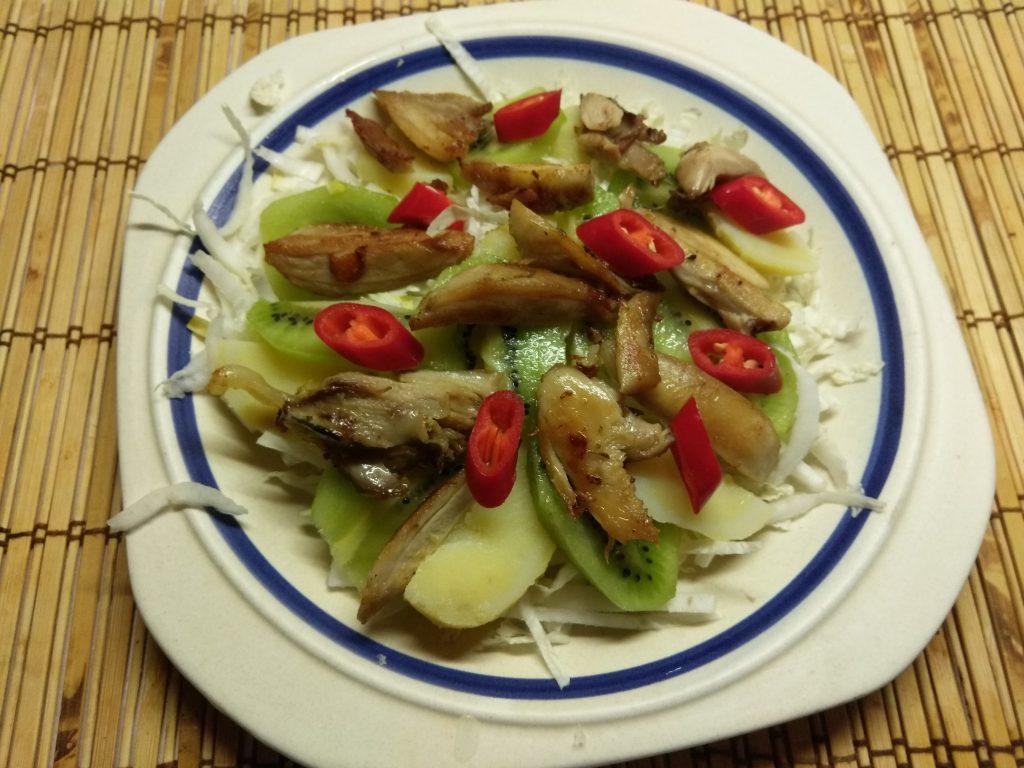 Фото рецепта - Картофельный салат с курицей, киви и пекинской капустой - шаг 5