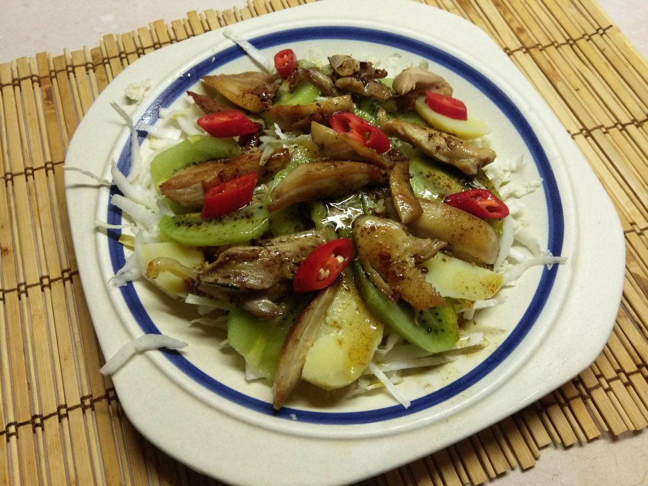 Картофельный салат с курицей, киви и пекинской капустой