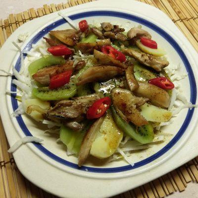 Картофельный салат с курицей, киви и пекинской капустой - рецепт с фото