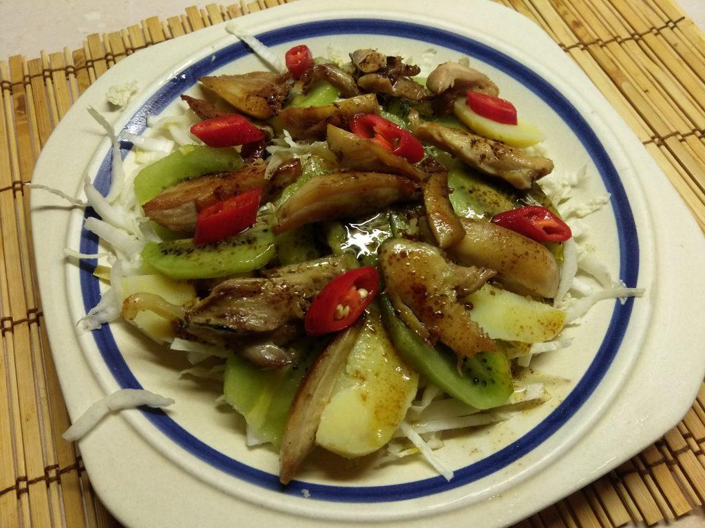 Фото рецепта - Картофельный салат с курицей, киви и пекинской капустой - шаг 7