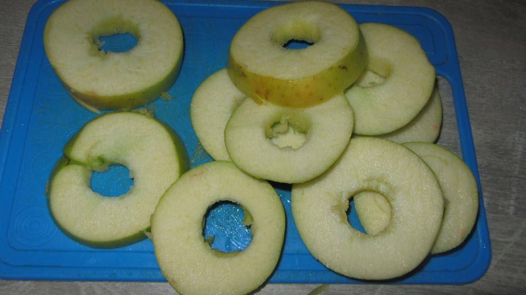 Фото рецепта - Яблоки в кляре с корицей жареные на сковороде - шаг 2