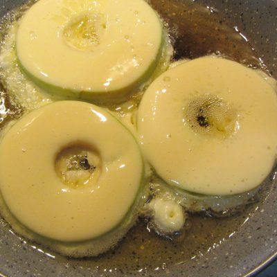 Фото рецепта - Яблоки в кляре с корицей жареные на сковороде - шаг 4