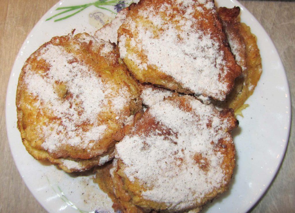 Фото рецепта - Яблоки в кляре с корицей жареные на сковороде - шаг 6