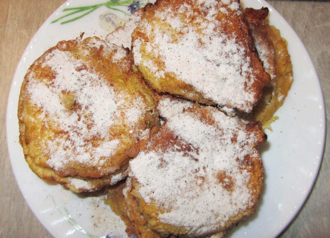 Яблоки в кляре с корицей жареные на сковороде