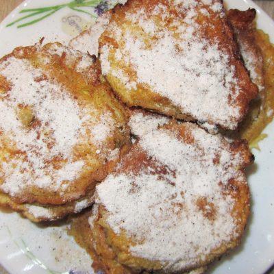 Яблоки в кляре с корицей жареные на сковороде - рецепт с фото