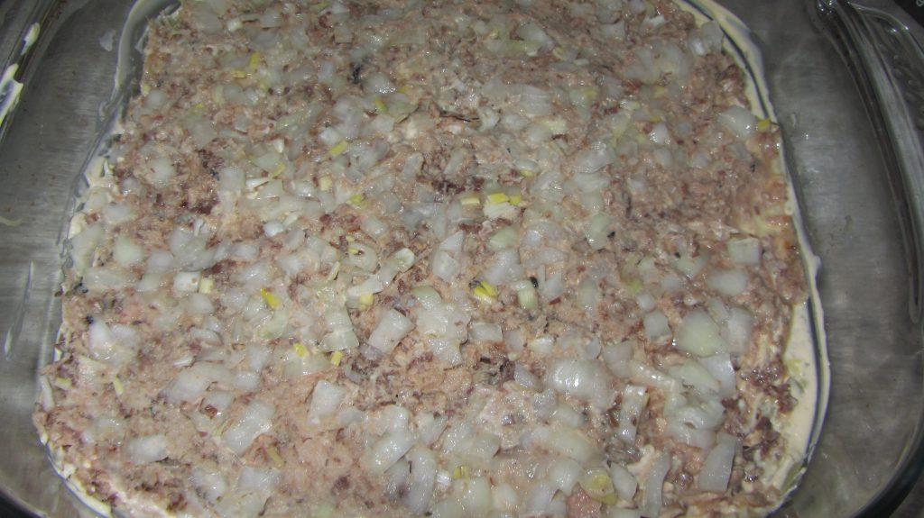"""Фото рецепта - Салат """"Мимоза"""" с тунцом, картофелем и яйцами - шаг 5"""