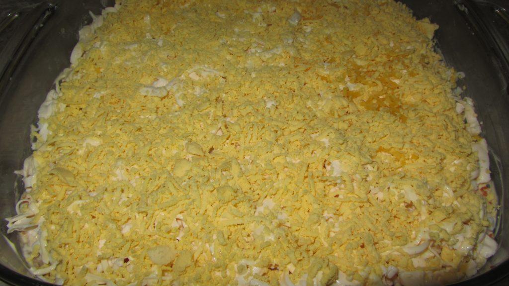 """Фото рецепта - Салат """"Мимоза"""" с тунцом, картофелем и яйцами - шаг 9"""