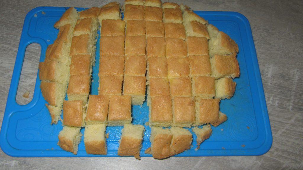 """Фото рецепта - Желейный торт """"Битое стекло"""" из бисквита - шаг 2"""