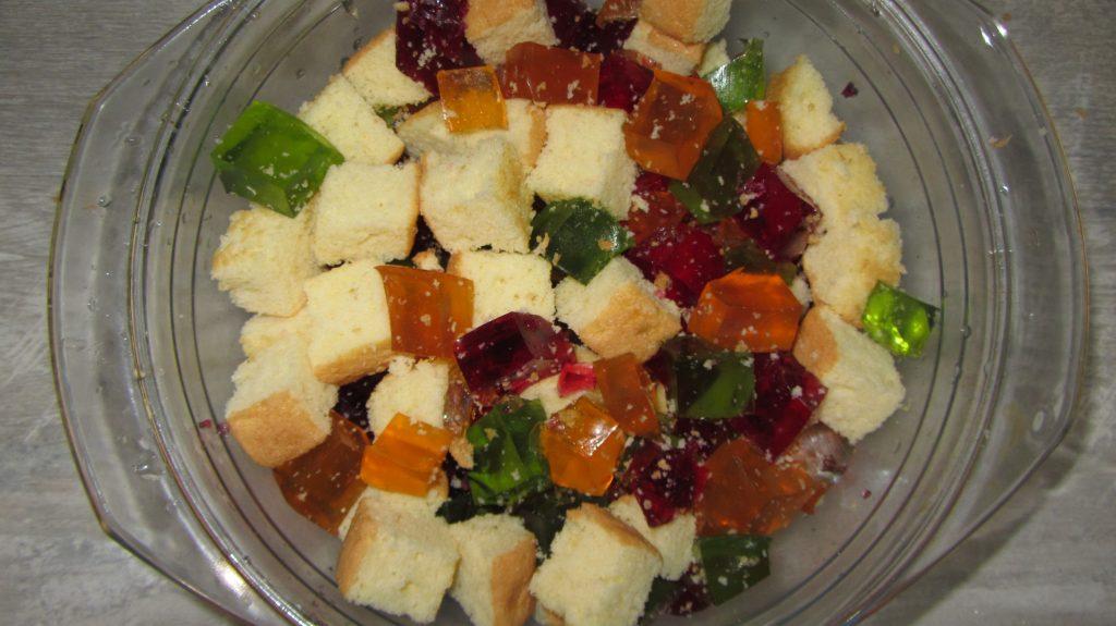 """Фото рецепта - Желейный торт """"Битое стекло"""" из бисквита - шаг 5"""