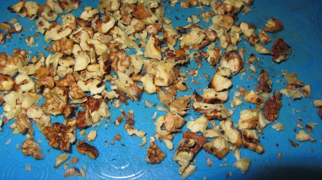 Фото рецепта - Свекольный салат с черносливом и грецким орехом - шаг 4