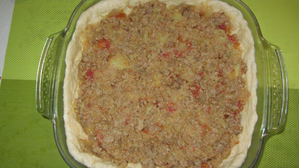Фото рецепта - Открытый дрожжевой пирог с фаршем  и сыром - шаг 5