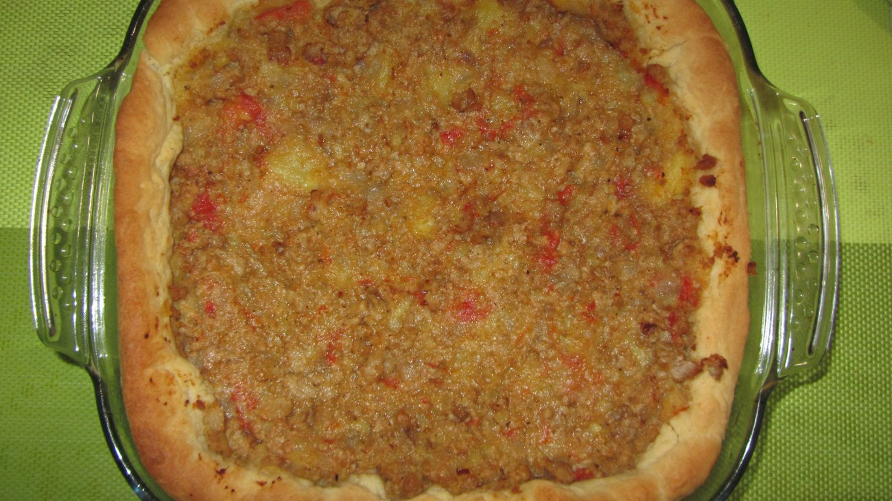 Открытый дрожжевой пирог с фаршем  и сыром