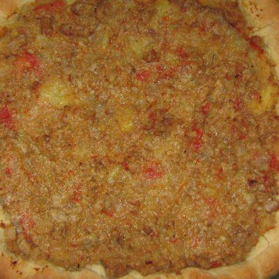 Открытый дрожжевой пирог с фаршем и сыром - рецепт с фото