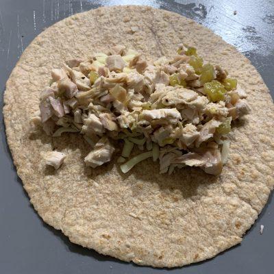 Фото рецепта - Запеканка из тортильи с курицей и сыром под соусом Enchiladas - шаг 4