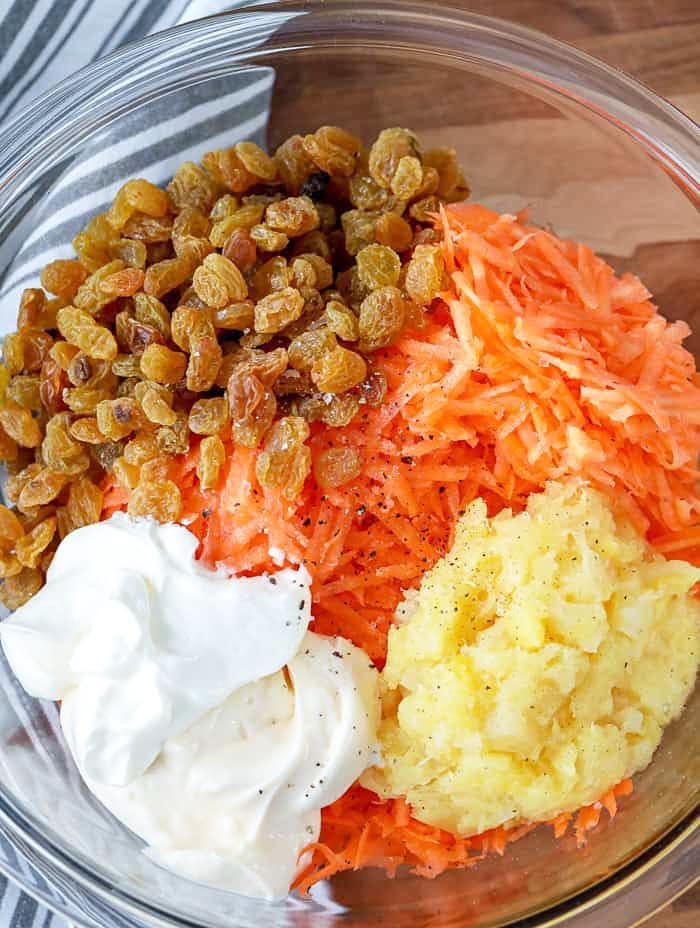 Фото рецепта - Морковный салат с изюмом и ананасом - шаг 2