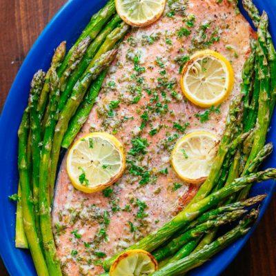 Запеченный лосось (целый) со спаржей - рецепт с фото