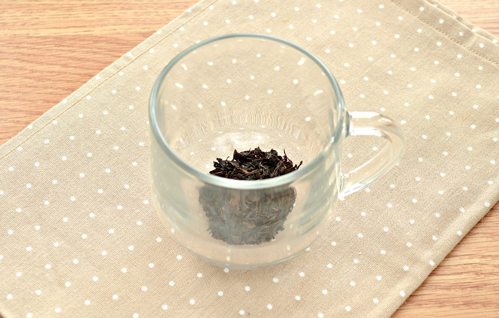 Фото рецепта - Чай с корицей и молоком - шаг 1