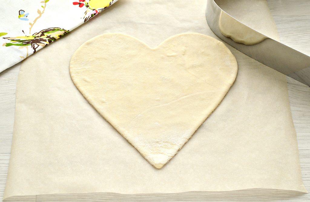 Фото рецепта - Пицца для романтиков с колбасой и черри - шаг 1